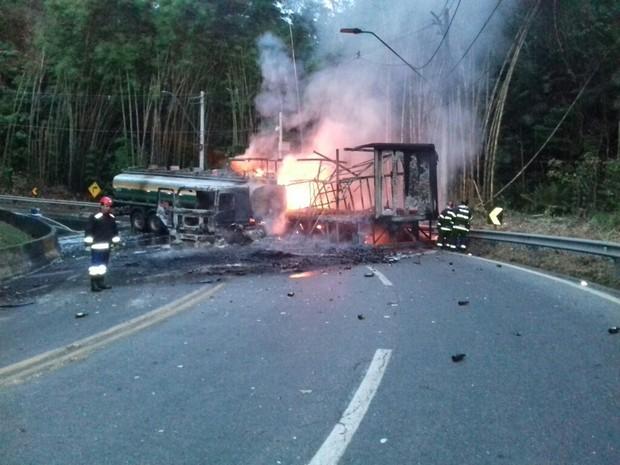 Acidente entre caminhões fogo tamoios Caraguá (Foto: José Amorim/Vanguarda Repórter)