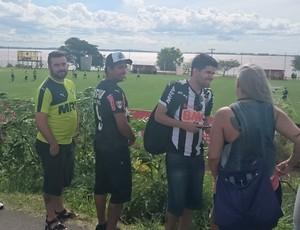Torcida do Atlético-MG acompanha treino em Porto Alegre (Foto: Rafael Araújo)