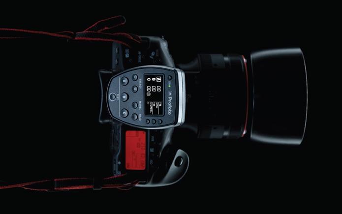 Usuário controla o flash B1 usando o painel anexado à câmeras compatíveis da Nikon e Canon (Foto: Divulgação/Profoto)