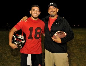 Treinador Daniel Ruiz e seu filho, o quarterback Blaine Ruiz, do Vitória Antares (Foto: Fernando Madeira/A Gazeta)