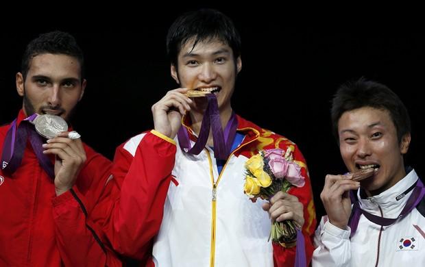 Abouelkassem prata, Sheng Lei ouro e Byungchul Choi bronze no florete da esgrima em Londres (Foto: Reuters)