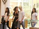 De vestidão, Fátima Bernardes passeia com trigêmeos em shopping