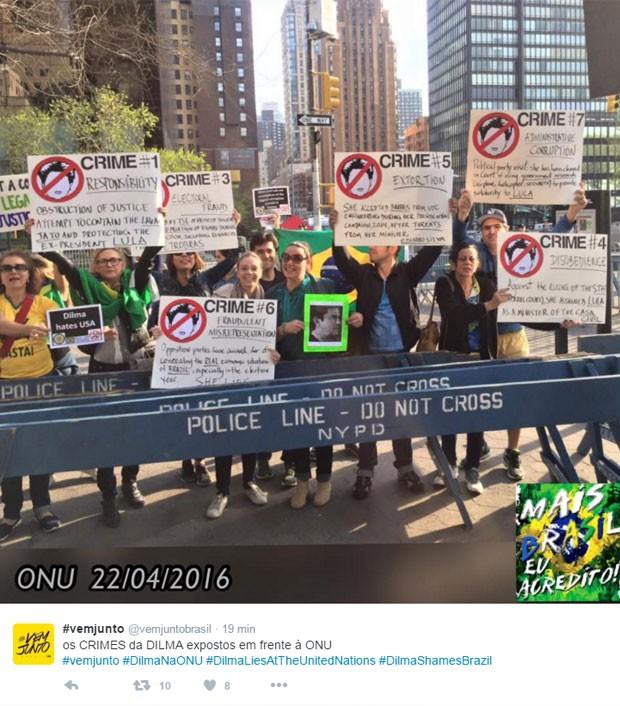 Manifestantes pró-impeachment na sede da ONU em NY (Foto: Reprodução/Twitter)