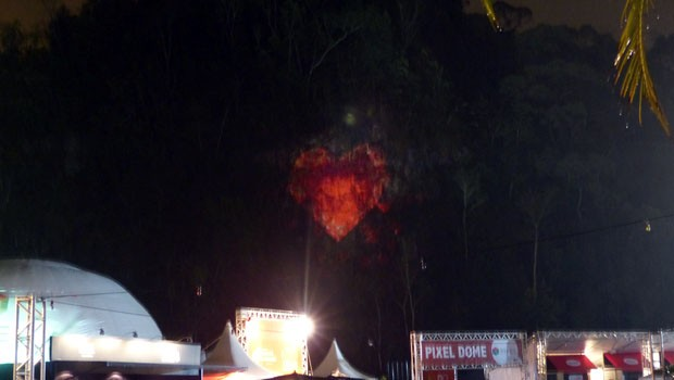 O coração em 3D estampou as paredes da Pedreira com uma projeção incrível.  (Foto: Divulgação/RPC)