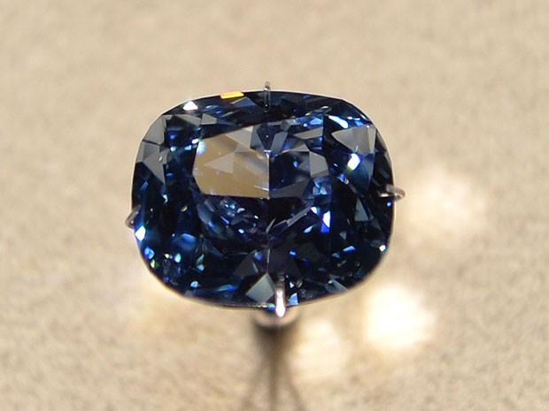 Joia tem a maior gradação de cor possível nos diamantes azuis. (Foto: AFP)