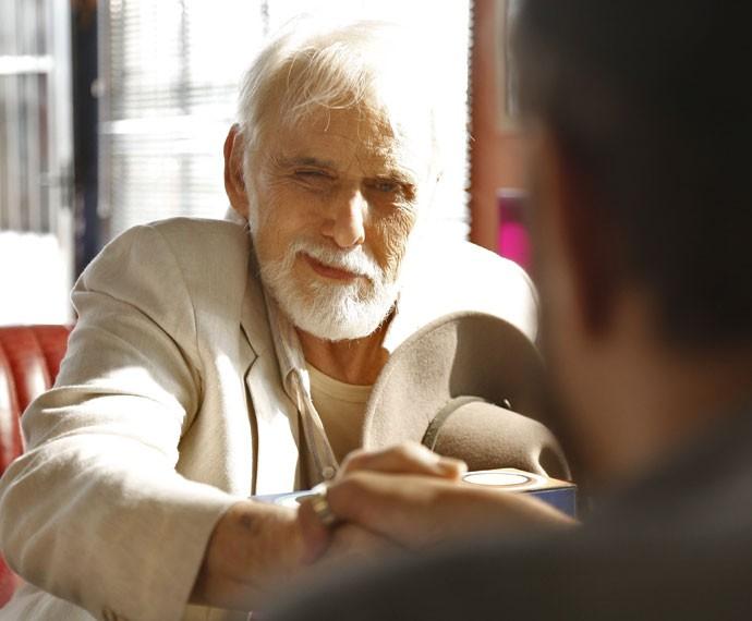 Homem misterioso faz visita a Grego em Paraisópolis (Foto: Raphael Dias/Gshow)