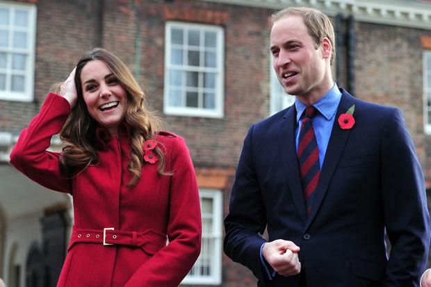 Kate e William, antes do passeio de ônibus, no Palácio de Kensington (Foto: AP)