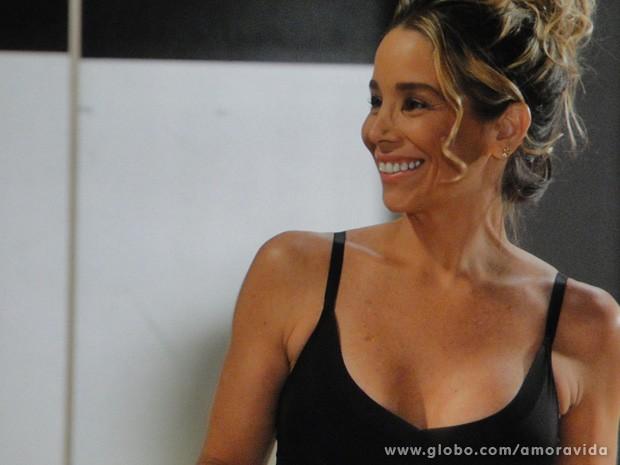 Amarilys gosta da situação (Foto: Amor à Vida / TV Globo)