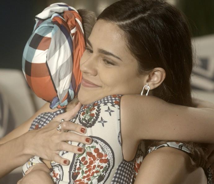 Camila flagra Aline abraçada com Letícia e faz piada (Foto: TV Globo)