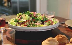 """Gordon Ramsay - Salada de agrião com picles, presunto e queijo: receita inglesa - """"Ploughman's salad"""" - servida com pão"""
