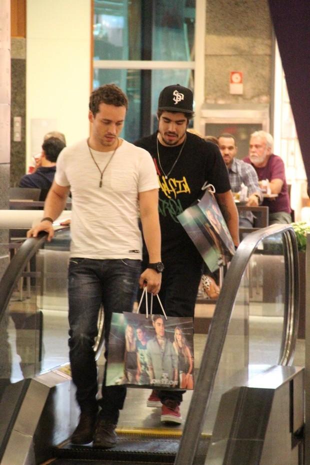 Caio Castro e Rodrigo Andrade no shopping (Foto: Marcus Pavão/AgNews)