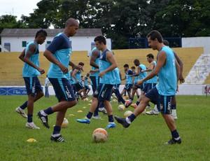 Atletas do São José Esportes Clube fazem aquecimento antes de treino no estádio Martins Pereira (Foto: Danilo Sardinha/Globoesporte.com)