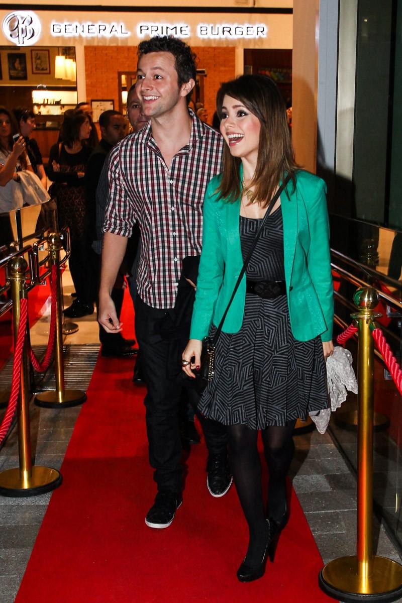 Sandy e o marido se surpreendem no tapete vermelho (Foto: Manuela Scarpa/Photo Rio News)
