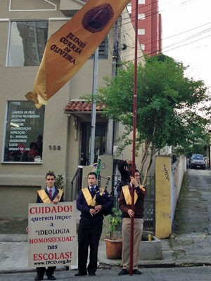Antes de palestra da filósofa Judith Butler em São Paulo, grupo de jovens fez protesto contra a 'ideologia homossexual' nas escolas (Foto: Ana Carolina Moreno/G1)