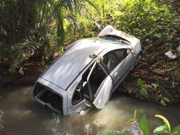 Veículo caiu dentro do Rio Jaguaribe em trecho no bairro do Rangel, em João Pessoa (Foto: Walter Paparazzo/G1)