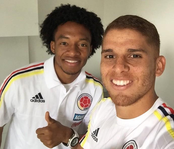 Cuéllar ao lado de Cuadrado, ambos da seleção colombiano (Foto: Divulgação)