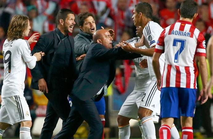 Simeone e Varane Real Madrid e Atlético de Madrid (Foto: Agência Reuters)