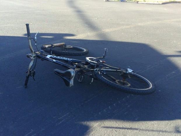 Bicicleta deixada pela vítima após choque com caminhão em Carlos Barbosa, RS, nesta terça-feira (25) pela manhã (Foto: Claudir Pontin/Estação FM/Divulgação)