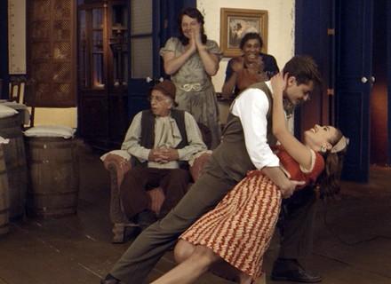 Romeu dança tango com Sarita e Mafalda morre de ciúmes