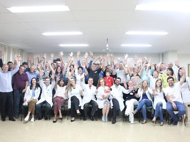 Hospital Nossa Senhora das Graças reuniu o 50 transplantados de fígado com os médicos para comemorar a vida (Foto: Divulgação/ Hospital Nossa Senhora das Graças)