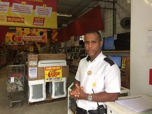 Funcionário de supermercado diz ter ouvido grante estrondo (Foto: Maiana Belo/G1)