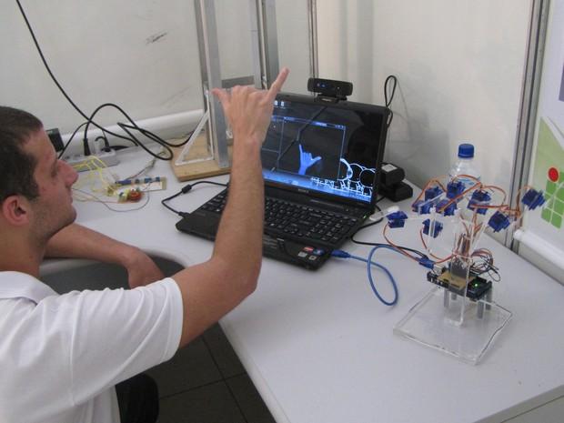 Kevin faz parte de um grupo de pesquisa do IFSC que trabalho no desenvolvimento de aparelhos automatizados a partir da interação de gestos humanos com a eletrônica (Foto: IFSC/Divulgação)