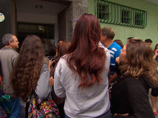 Pais e alunos na porta do Colégio Padre Eustáquio, em Belo Horizonte, após morte de estudante em aula de Educação Física (Foto: Reprodução/ TV Globo)