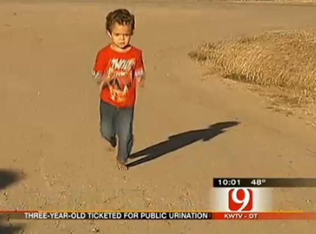 Policial manteve multa mesmo sabendo que criança de 3 anos urinava em frente à própria casa (Foto: Reprodução)