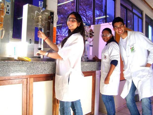 Ana Barcelos e amigos em um dos laboratórios da Ufla, em Lavras (Foto: Arquivo Pessoal)