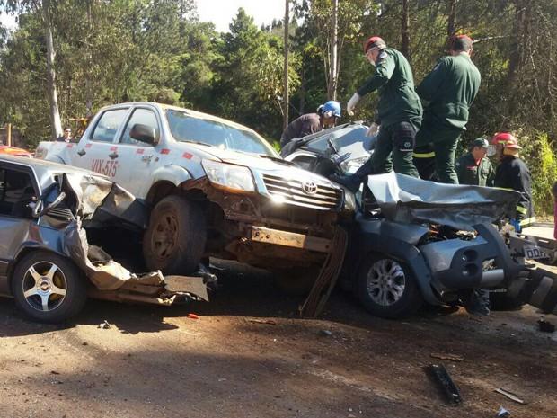 Carros envolvidos em acidente na BR-356, em Nova Lima. (Foto: Camilo Júnior/ Arquivo Pessoal)