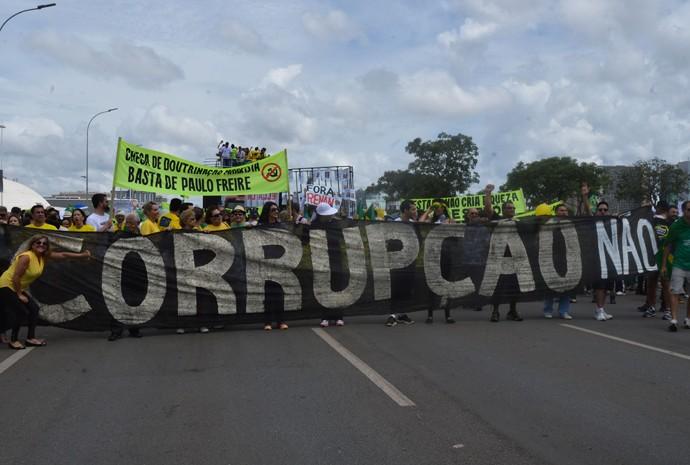 Cartaz contra Paulo Freire em manifestação em Brasília, em 15 de março