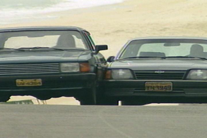 Csar persegue Raquel na estrada, e o carro dela acaba capotando e explodindo. (Foto: reproduo/viva)