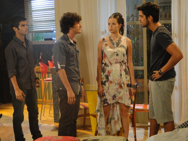Bafão: Ju e Gil escutam briga e correm para separar Bruno e Dinho (Foto: Malhação / Tv Globo)