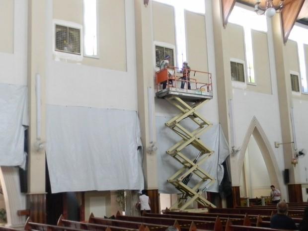 Climatizadores são instalados no Santuário de Santo Antônio em Divinópolis (Foto: Flávio Flora/Agora)