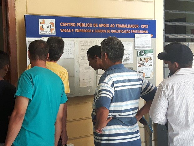 Alto índice de desemprego aumenta procura por vagas no CPAT (Foto: Murillo Gomes/G1)