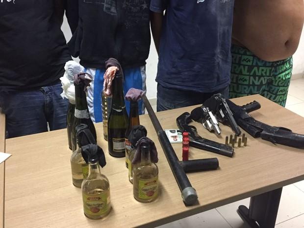 Grupo que estava ameaçando moradores foi preso com armas e coquetéis molotov no Colinas do Sul (Foto: Walter Paparazzo/G1)