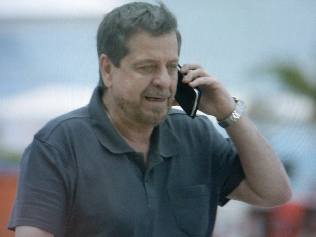 Reginaldo conversa com outra mulher ao telefone (Foto: Império/TV Globo)