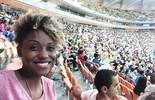 Jaque Santtos entra em estádio de futebol pela 1ª vez e se emociona