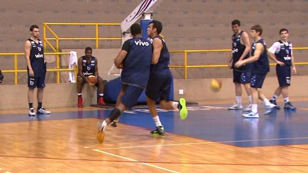 Disputa entre Feliz e Lucas Mariano, do Franca Basquete (Foto: Reprodução EPTV)