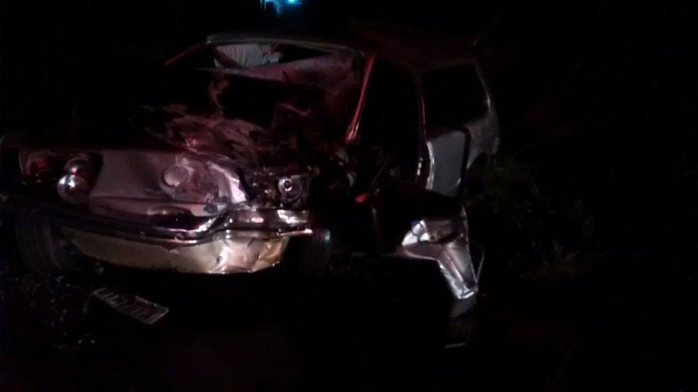 Carros bateram de frente na rodovia em Chavantes  (Foto: Corpo de Bombeiros /Divulgação )