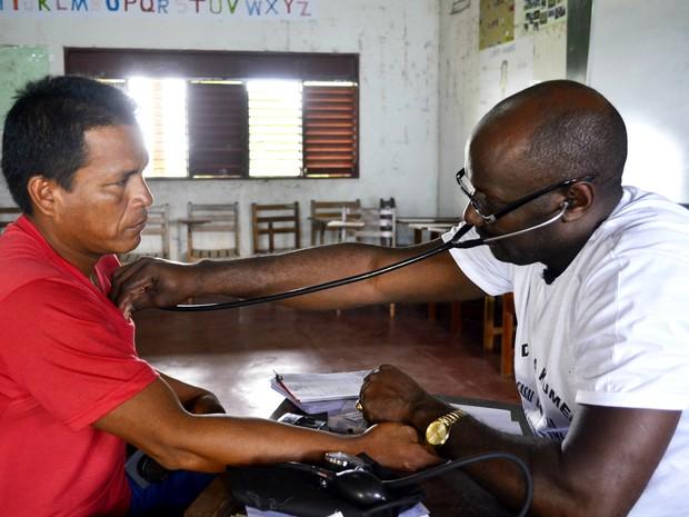 Resultado de imagem para medicos cubanos atendendo