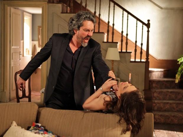 Zé perde o controle e esgana Cora com muita força (Foto: Pedro Curi/TV Globo)