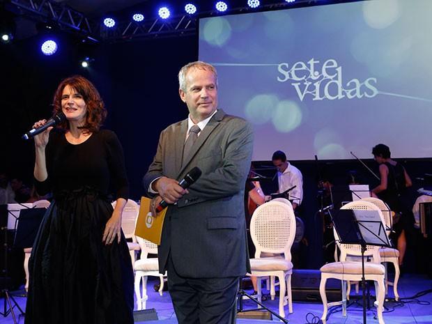Lícia Manzo e Jayme Monjardim lançam a novela no palco (Foto: Isabella Pinheiro/Gshow)