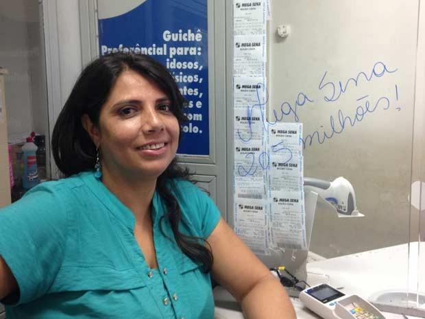 Funcionária de caixa onde foi feita aposta de Brasília vencedora da Mega-Sena (Foto: Marianna Holanda/G1)