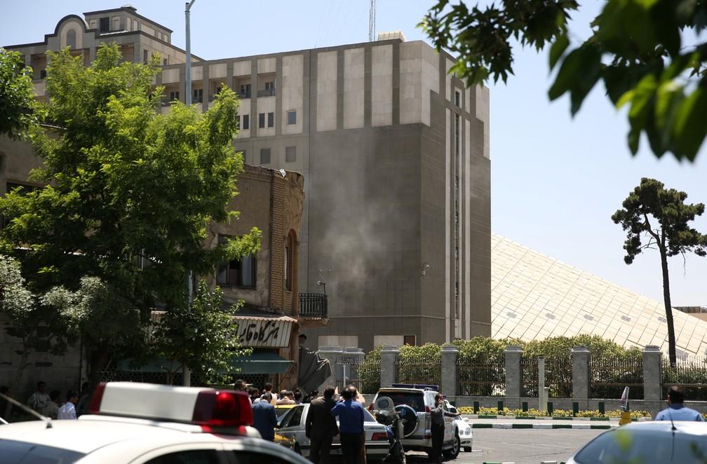 Fumaça é vista no prédio do Parlamento no Irã, alvo de ataque nesta quarta-feira (7) (Foto: Reuters)