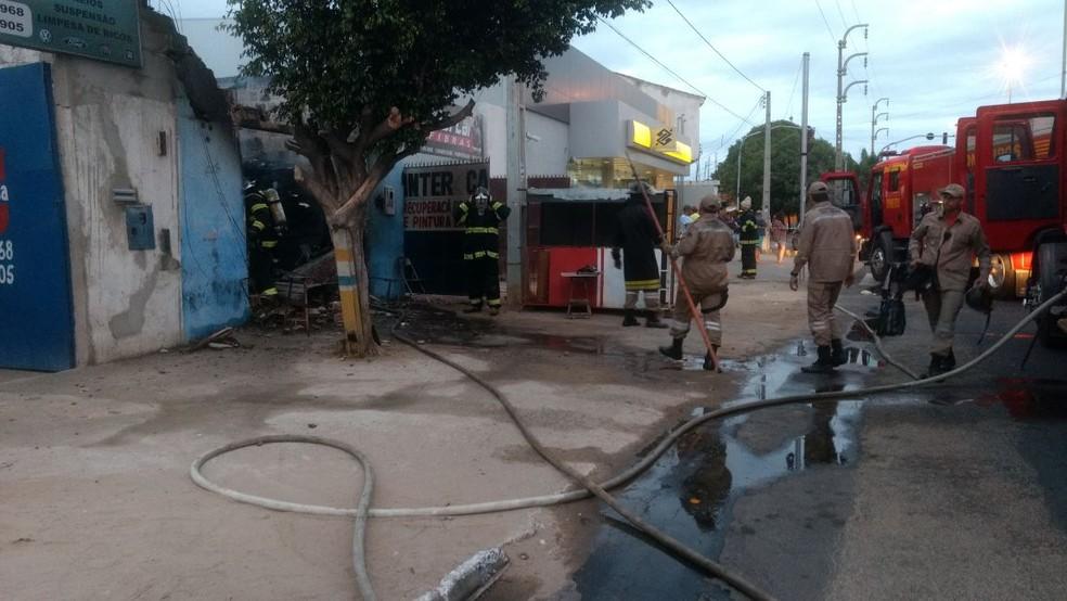 Duas viaturas do Corpo de Bombeiro foram acionadas para conter o incêndio (Foto: Amanda Franco/ TV Grande Rio)
