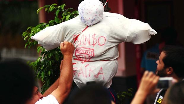 boneco Ganso torcida Santos clássico contra o São Paulo (Foto: Marcos Ribolli / Globoesporte.com)