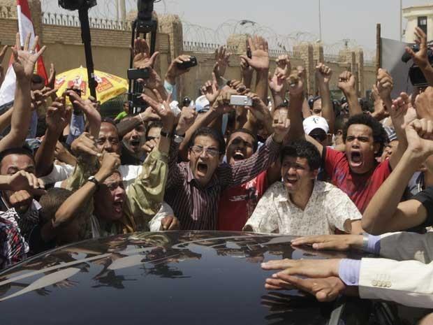Egípcios comemoram a sentença de prisão perpétua para o ex-presidente do país, Hosni Mubarak. (Foto: Amr Nabil / AP Photo)