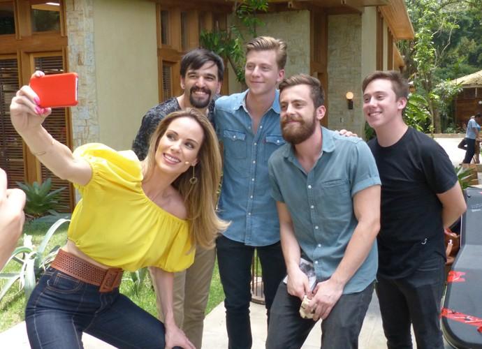 Ana Furtado tira selfie com banda Scalene (Foto: Guilherme Sousa/Gshow)