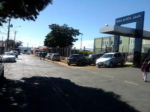 Pedestres são obrigados a caminhar pela rua (Foto:  Carlos Roberto da Silva / VC no G1)